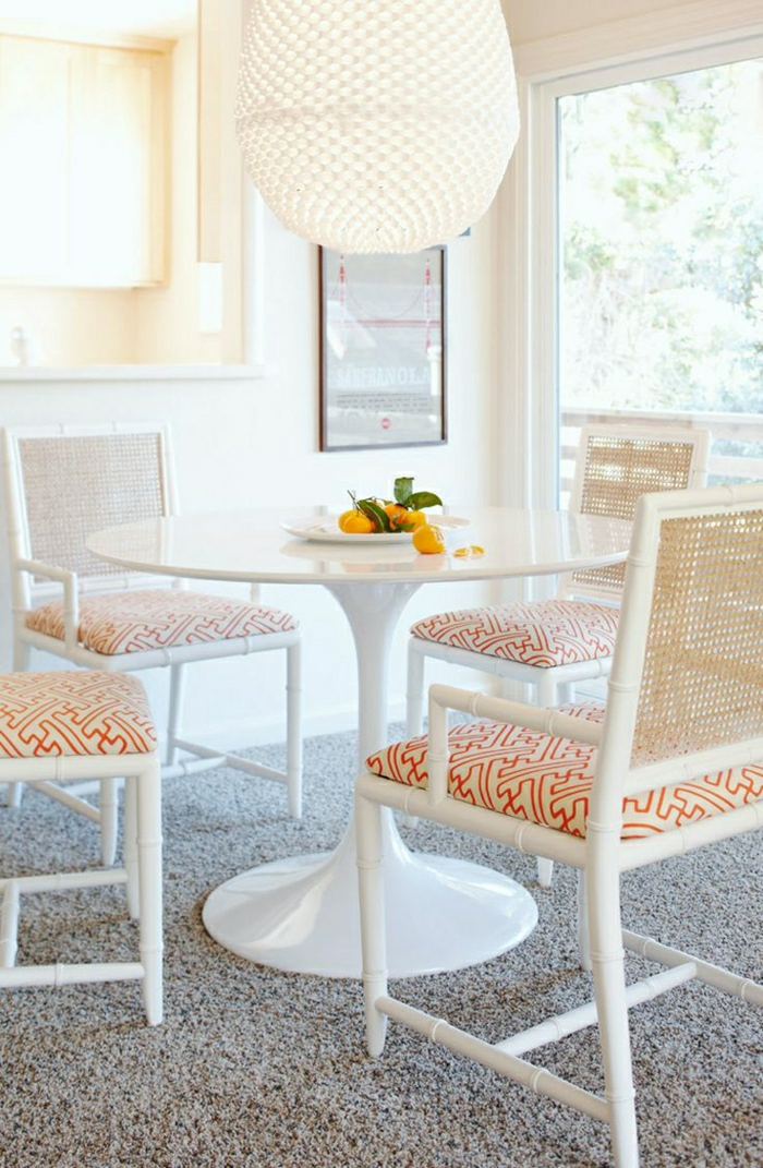 table-tulip-chaises-blanches-moquette-gris-table-blanche-plastique-chaise-blanche-mur-blanc