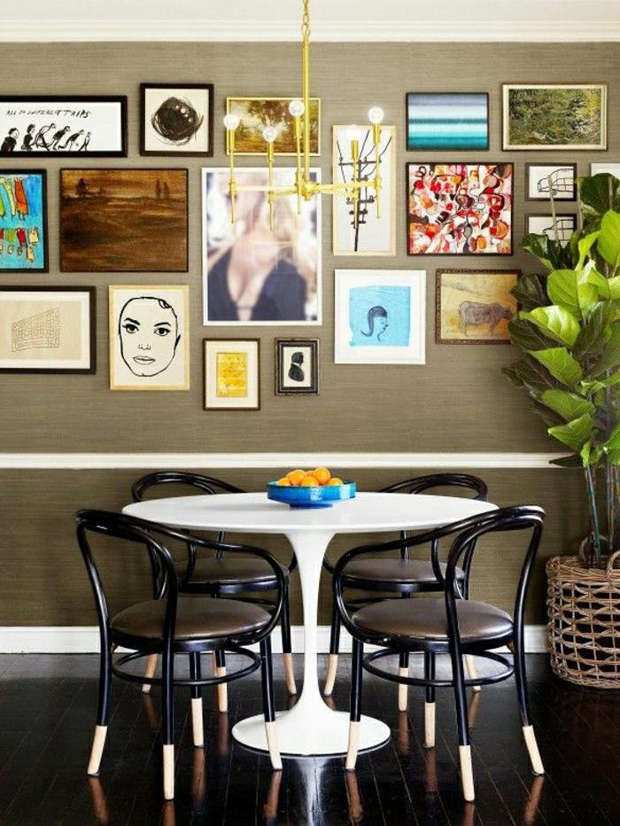 table-tulip-chaises-noirs-parquette-noire-mur-gris-peinture-murale-table-plastique-blanche
