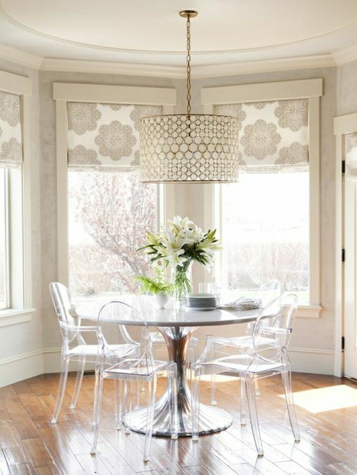 table-tulip-chaises-transparentes-fleurs-sur-la-table-fenetre-grande-sol-en-parquet