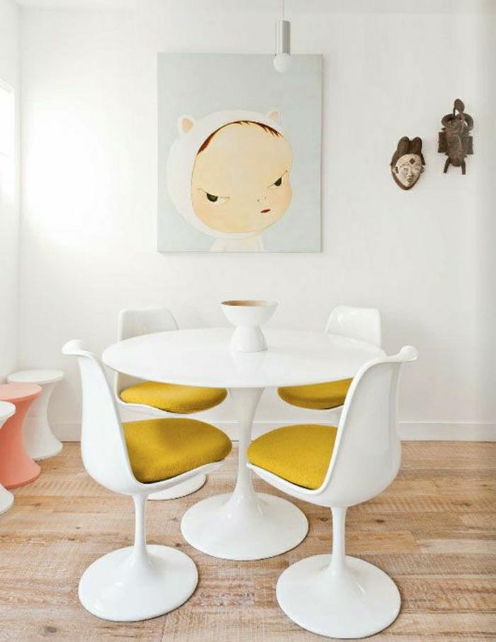 table-tulip-chaises-tulipes-sol-en-parquet-ronde-de-chaise-jaune-peinture-murale-mur-blanc