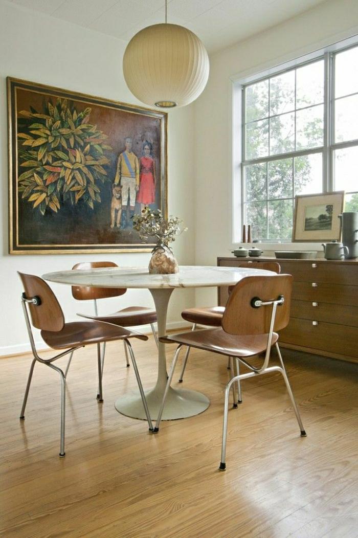 table-tulipe-en-marbre-blanc-sol-plancher-peinture-colorée-mur-balnc-chaise-en-bois