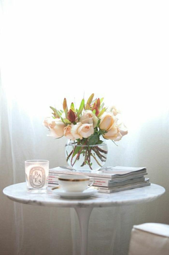 table-tulipe-marbre-blanc-fleurs-sur-la-table-rideaux-longs-blancs-chambre-cocooning