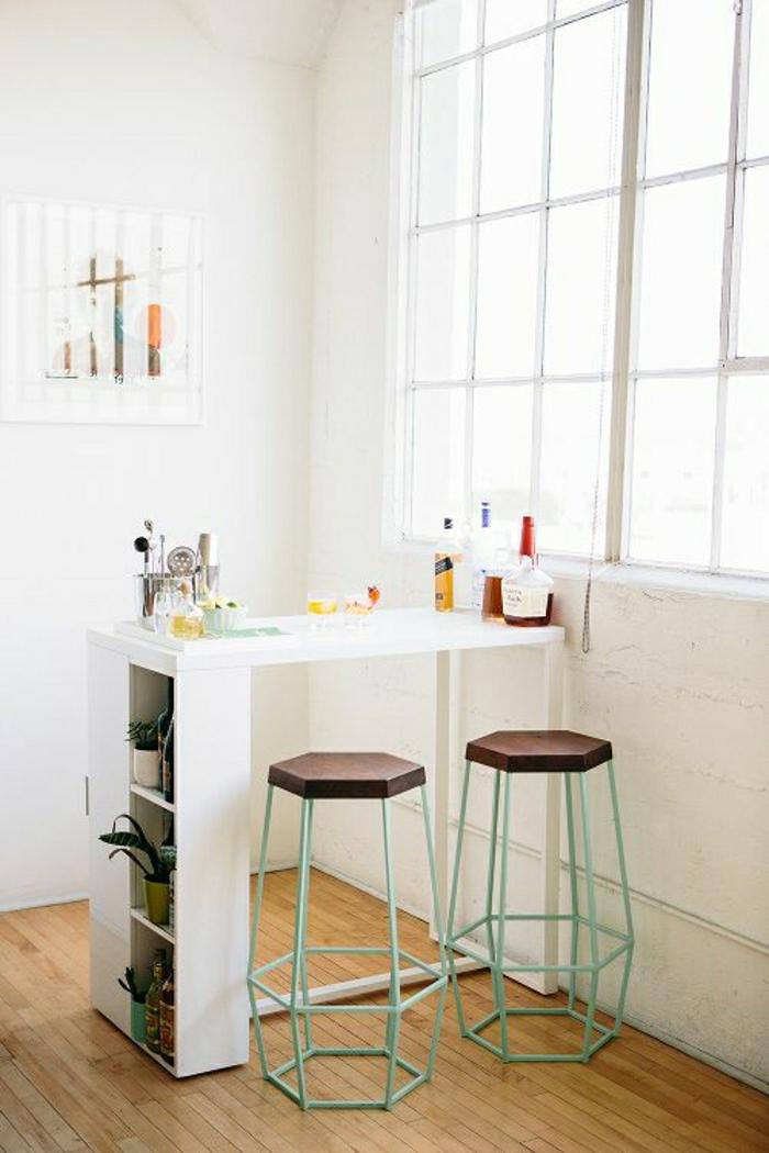 tabouret-de-bar-en-bois-et-fer-bar-blanc-parquet-sur-le-sol-fenetre-blanc-salon-plein-de-lumière