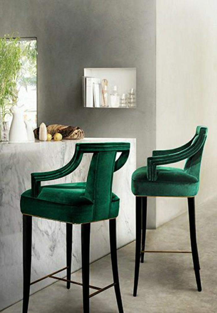 tabouret-de-bar-en-bois-vert-bar-en-marbre-blanc-mur-gris-sol-en-lin
