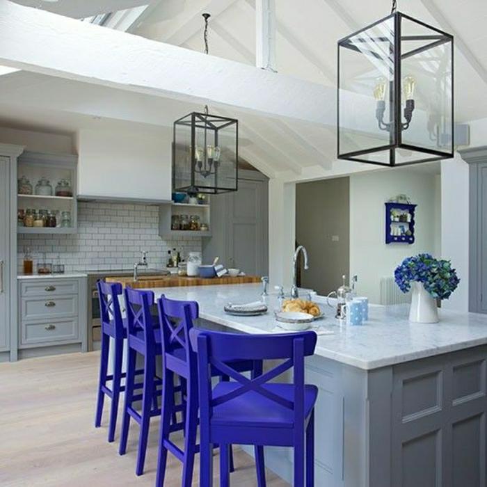 tabouret-design-bleu-en-bois-mur-en-arrelage-gris-tabouret-haut-en-bois-pour-le-bar