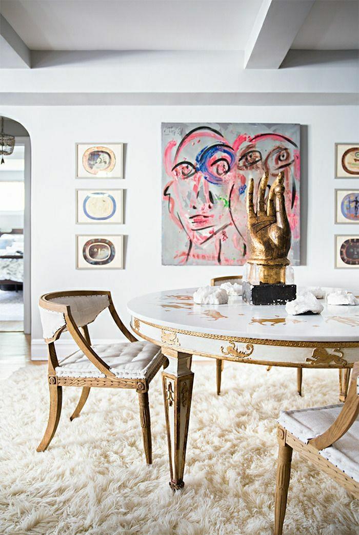 tapis-beige-table-en-marbre-blanche-chaise-blanche-en-tissu-blanc-peinture-murale
