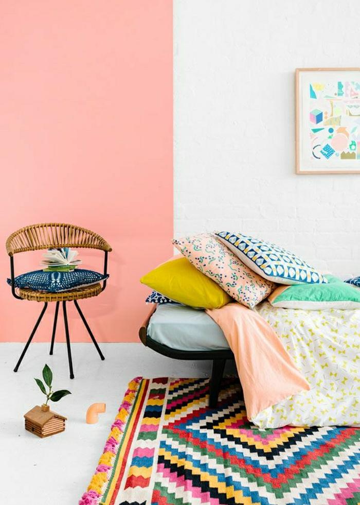tapis-coloré-descente-de-lit-coloré-chaise-en-bois-fer-mur-rose-lit-a-coucher