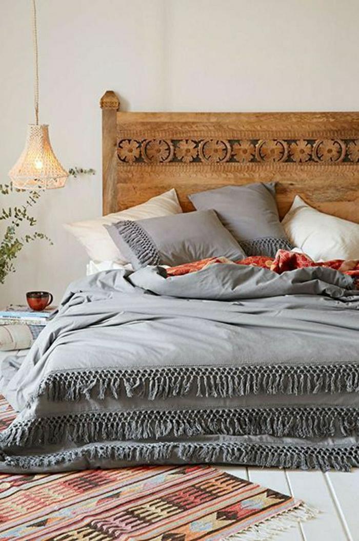 tapis-coloré-descente-de-lit-coloré-lit-en-bois-massif-lampe-suspendu-chambre-a-coucher