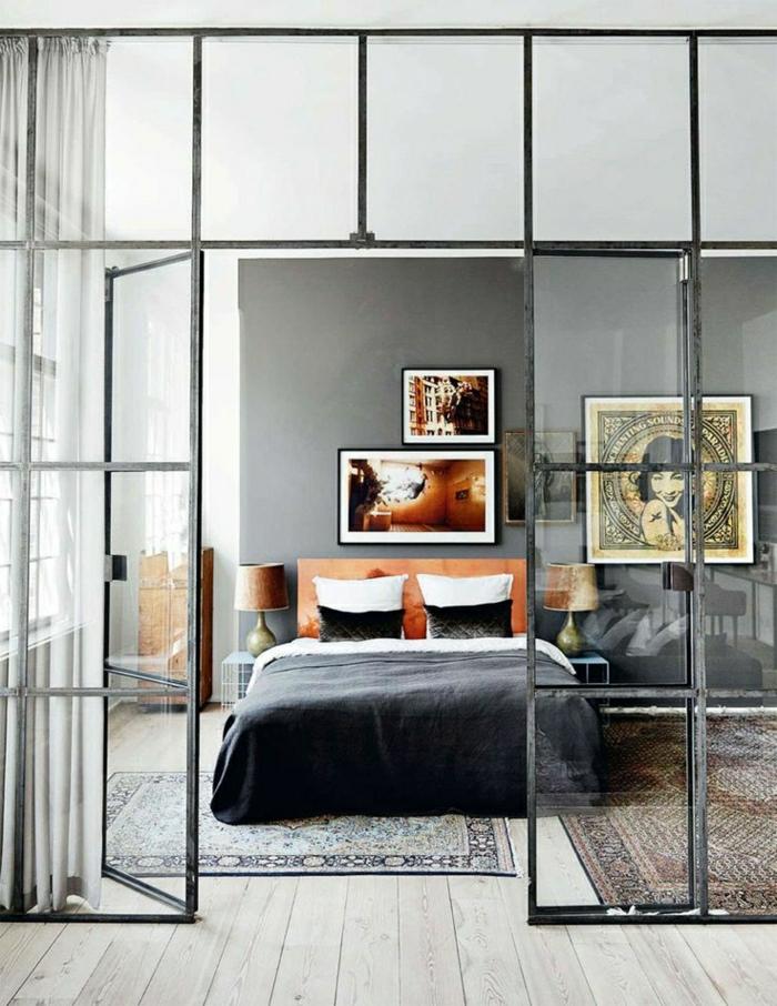 tapis-de-chambre-a-coucher-grande-fenetre-lit-de-chambre-tapis-coloré-mur-gris-peintures