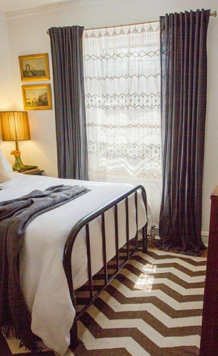 tapis-de-chambre-a-coucher-grande-fenetre-rideaux-longs-blanc-gris-tapis-blanc-marron