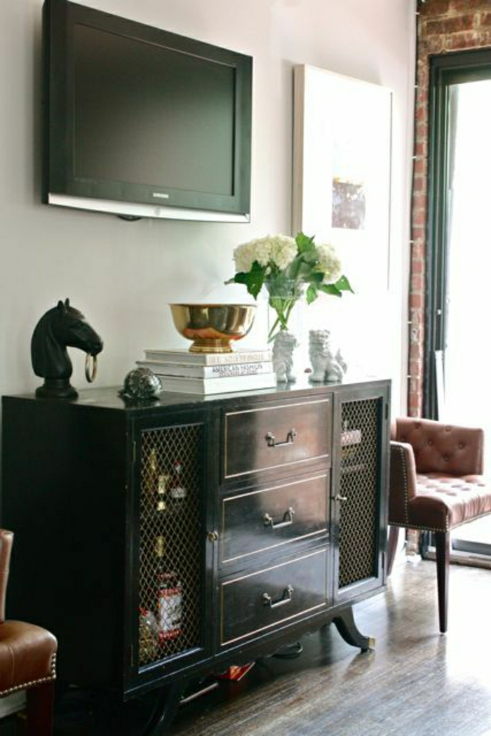 tapis-en-lin-gris-meuble-en-bois-foncé-meuble-pour-tv-fleur-mur-blanc-tv-led-noir