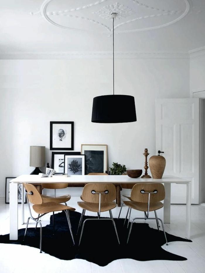 tapis-en-peau-de-bete-noir-lampe-noir-chaises-en-bois-table-blanche