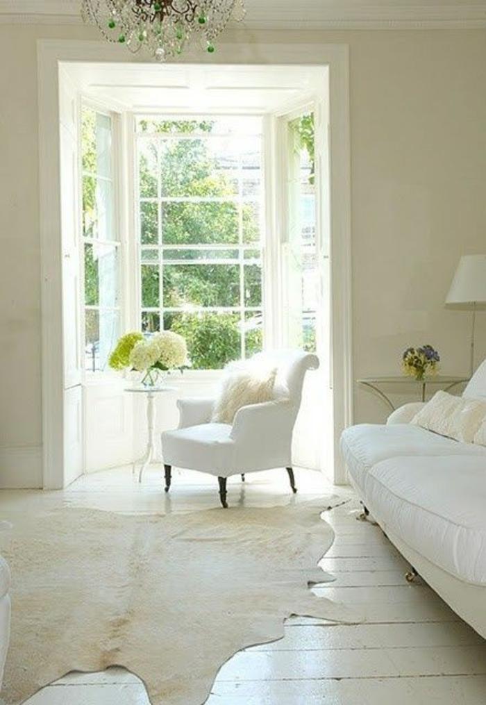 tapis-peau-de-vache-blanc-intérieur-blanc-sol-en-plancher-blanc-chambre-pleine-de-lumière