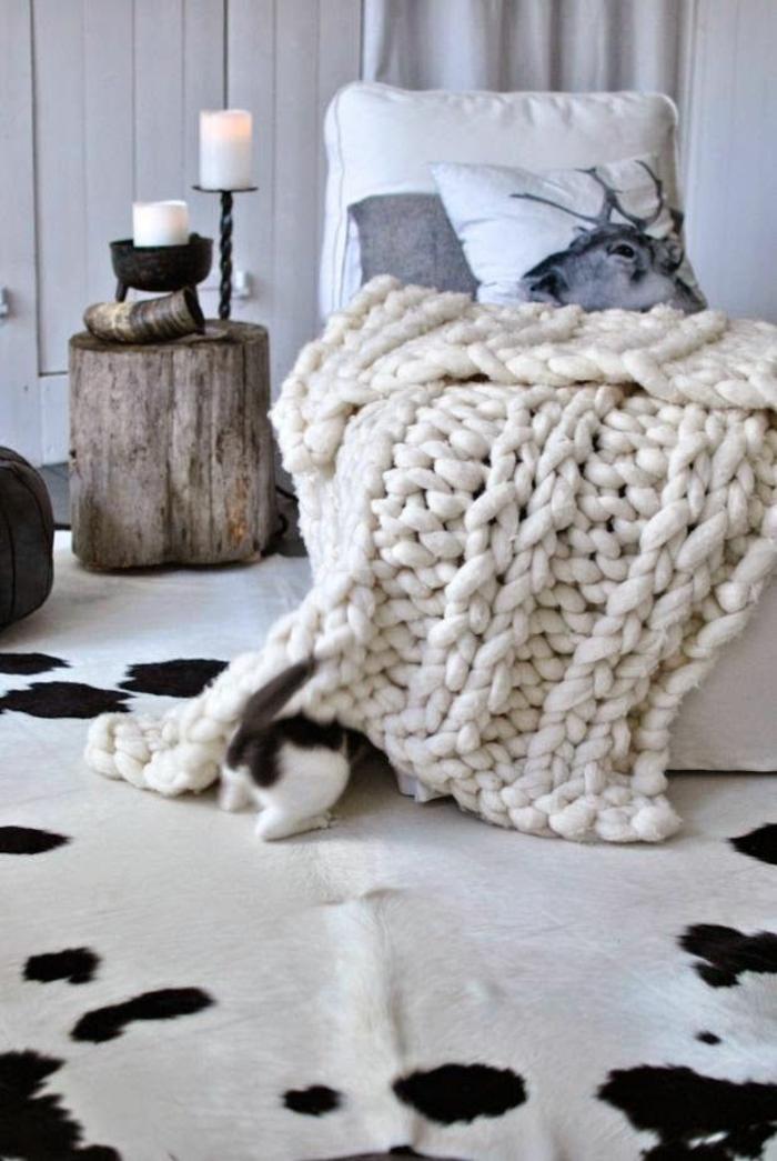 tapis-peau-de-vache-tapis-en-peau-salon-ambiance-cocooning-canapé-beige