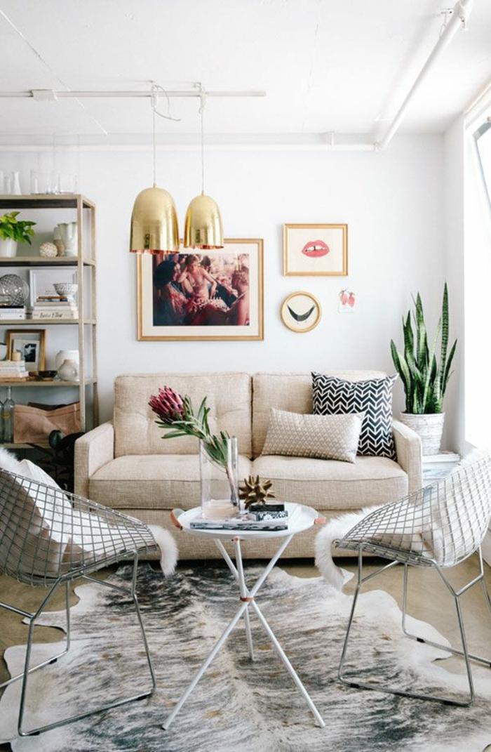 tapis-peau-vache-canapé-beige-fleurs-table-pliante-blanche-fleurs-sur-la-table-de-salon