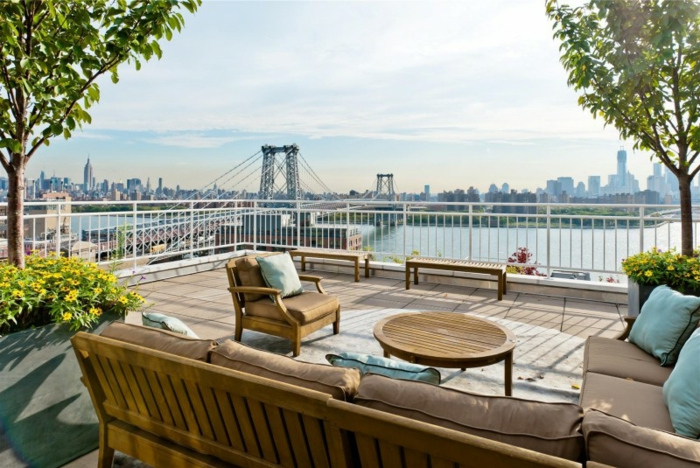 terrasse-avec-belle-vue-sol-bois-de-terrasse-chaises-en-bois-fleurs