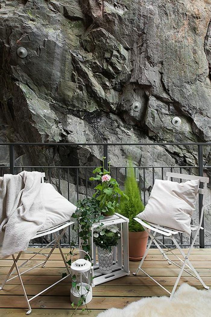 terrasse-avec-belle-vue-sol-en-bois-plancher-chaises-en-fer-forgé-blanc-table