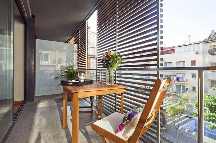 terrasse-deco-amenagement-de-terrasse-en-ville-chaise-en-bois-table-en-bois-fleurs
