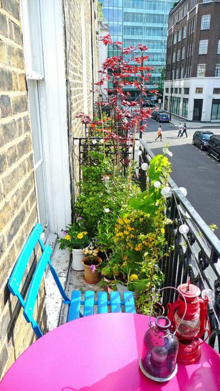 terrasse-en-ville-belle-vue-chaise-fer-bleu-plantes-vertes-balcon-belle-vue
