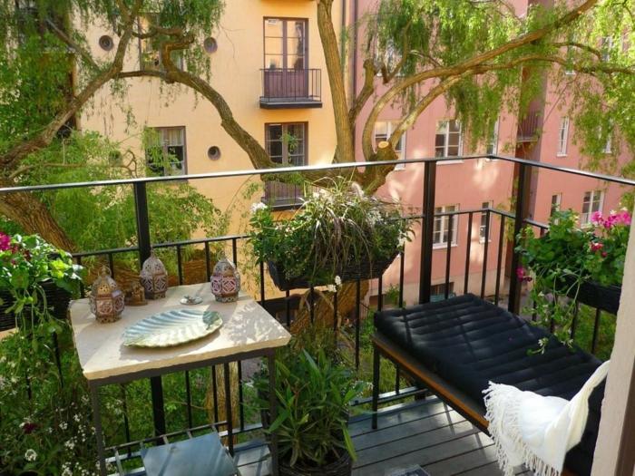 terrasse-en-ville-belle-vue-chaise-plantes-vertes-balcon-belle-vue-plantes-vertes