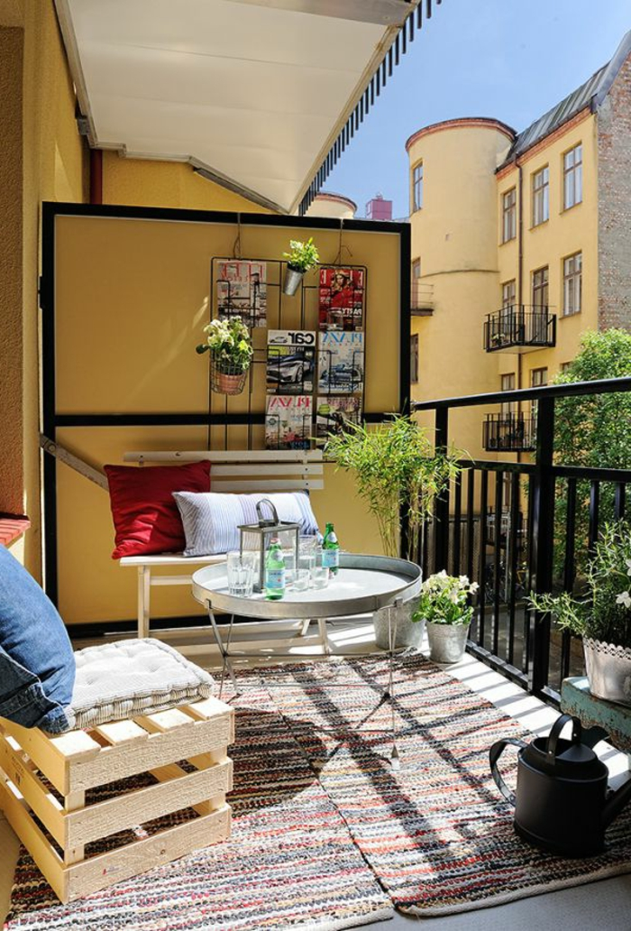 terrasse-meubles-en-palette-en-bois-belle-vue-tapis-coloré-table