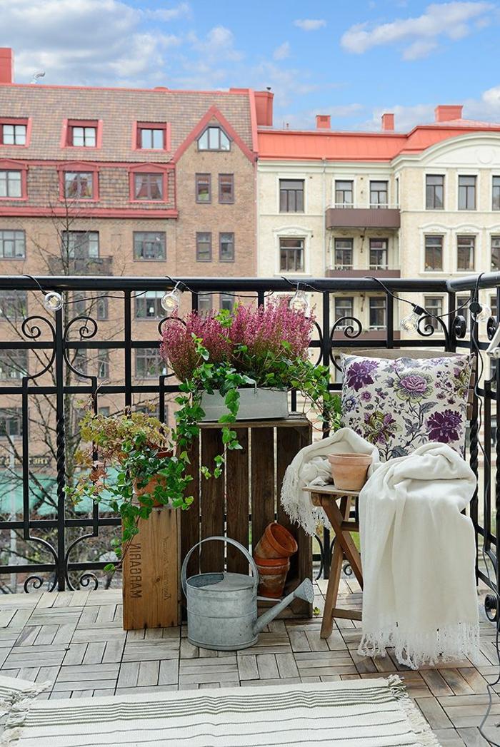 terrasse-plantes-vertes-chaise-sol-en-bois-fleurs-pour-la-terrasse-fer-décoration-terrasse