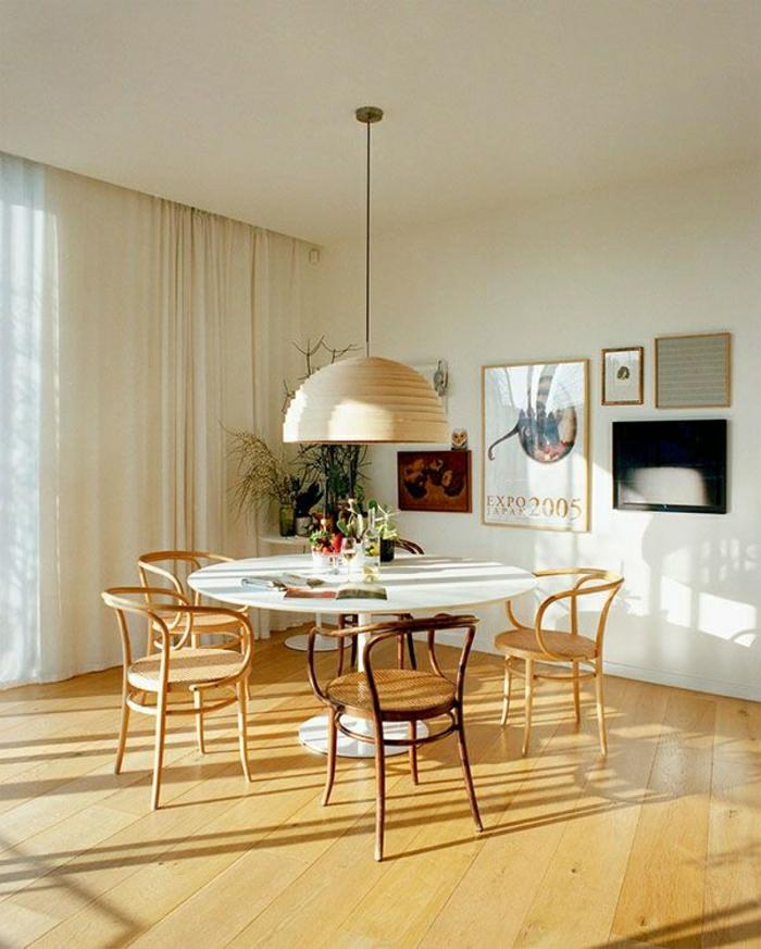 une-ambiance-cocooning-salon-vaste-sol-en-parquet-lustre-en-bois-chaise-en-bois