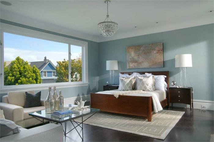 une-jolie-chambre-à-coucher-avec-vue-table-de-chevet-lampe