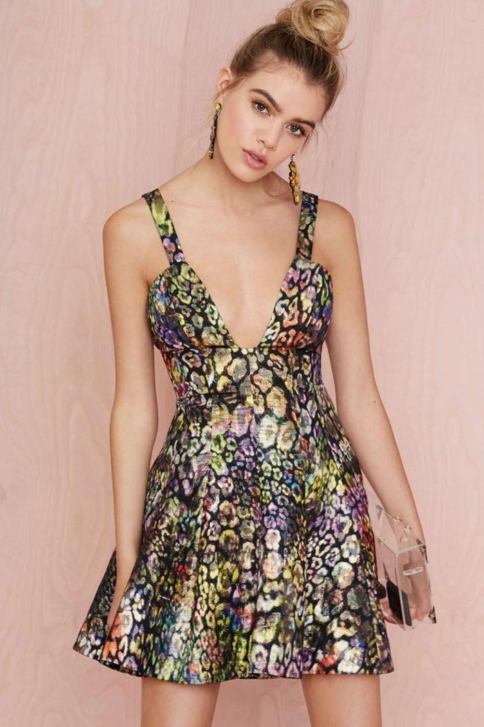 une-jolie-robe-colorée-courte-robe-jolie-fille-robe-d-été