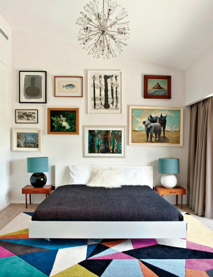 vaste-chambre-mansardéе-mur-blanc-peintures-murales-tapis-coloré-lampe-de-chevet