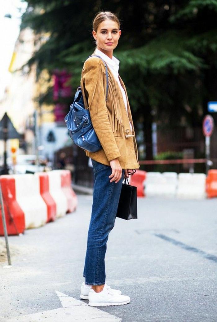 veste-daim-beige-femme-blonde-cheveux-blonds-femme-denim-bleu-chemise-blanche