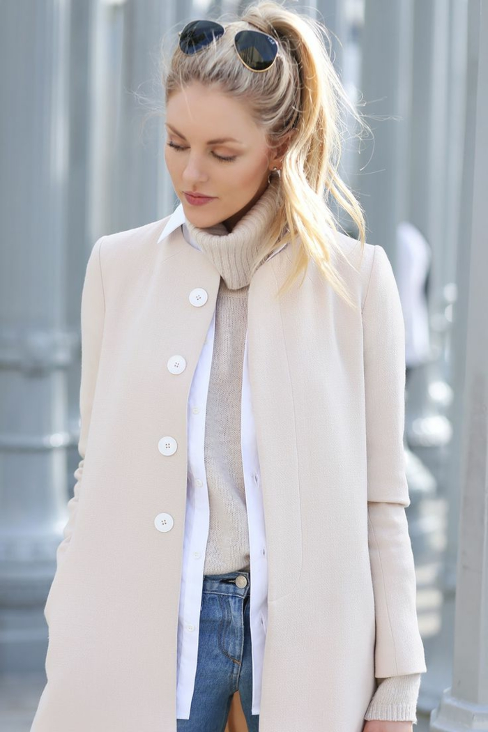 veste-daim-beige-femme-blonde-lunettes-de-soleil-noirs-pull-beige
