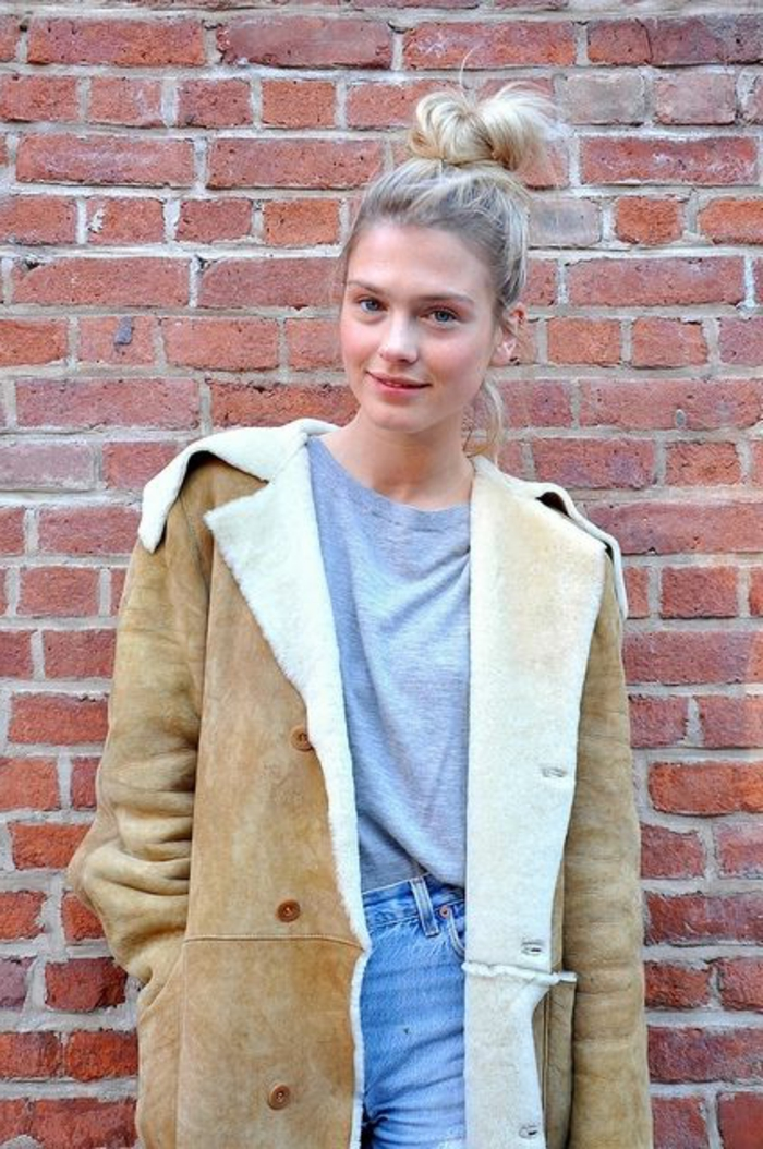 veste-daim-beige-fill-blonde-aux-yeux-bleus-magnifque