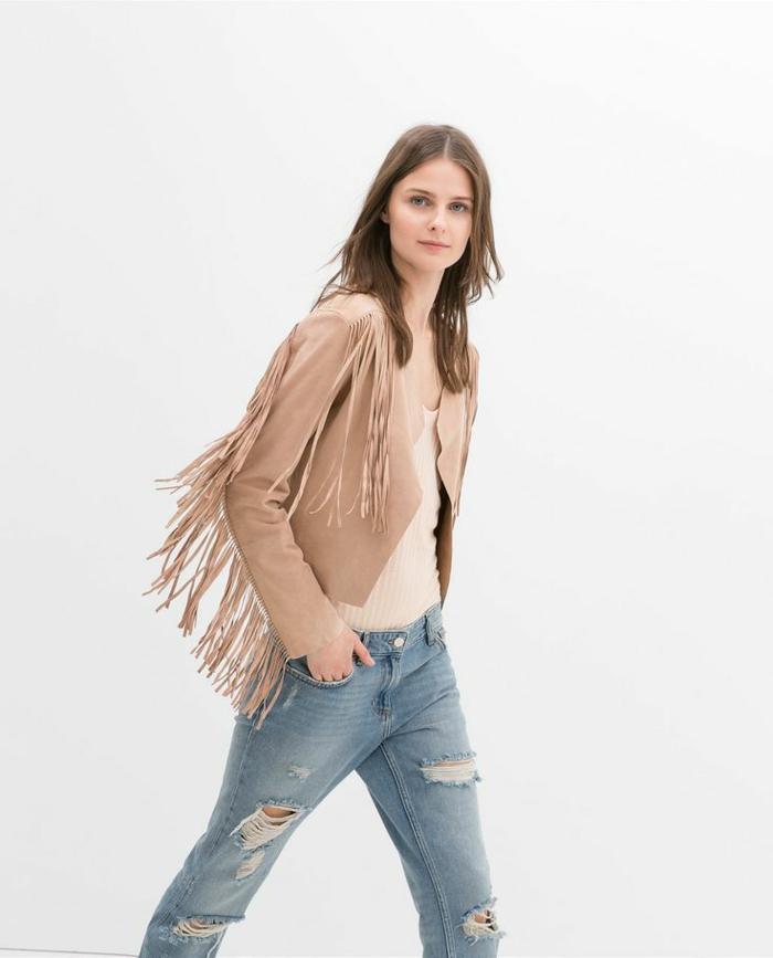 veste-daim-rose-beige-jean-troué-femme-cheveux-courts-beaux-yeaux-bleus