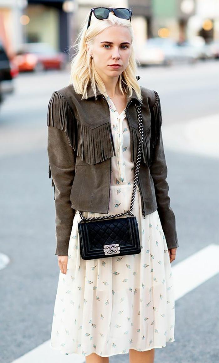 veste-en-daim-gris-femme-blonde-cheveux-courts-blondes-lunettes-de-soleil