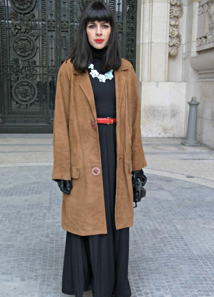 veste-en-daim-marron-longue-robe-noire-femme-cheveux-courts-noirs-levres-rouges