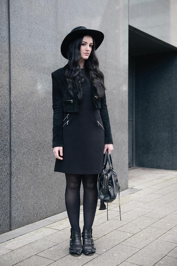 veste-en-daim-noir-femme-brunette=cheveux-noirs-sac-a-main-en-cuir-noir-chapeau-de-feutre-noir