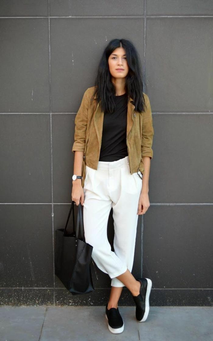 veste-en-daim-pantalon-blanc-t-shirt-noir-sac-a-main-en-cuir-noir-femme-moderne