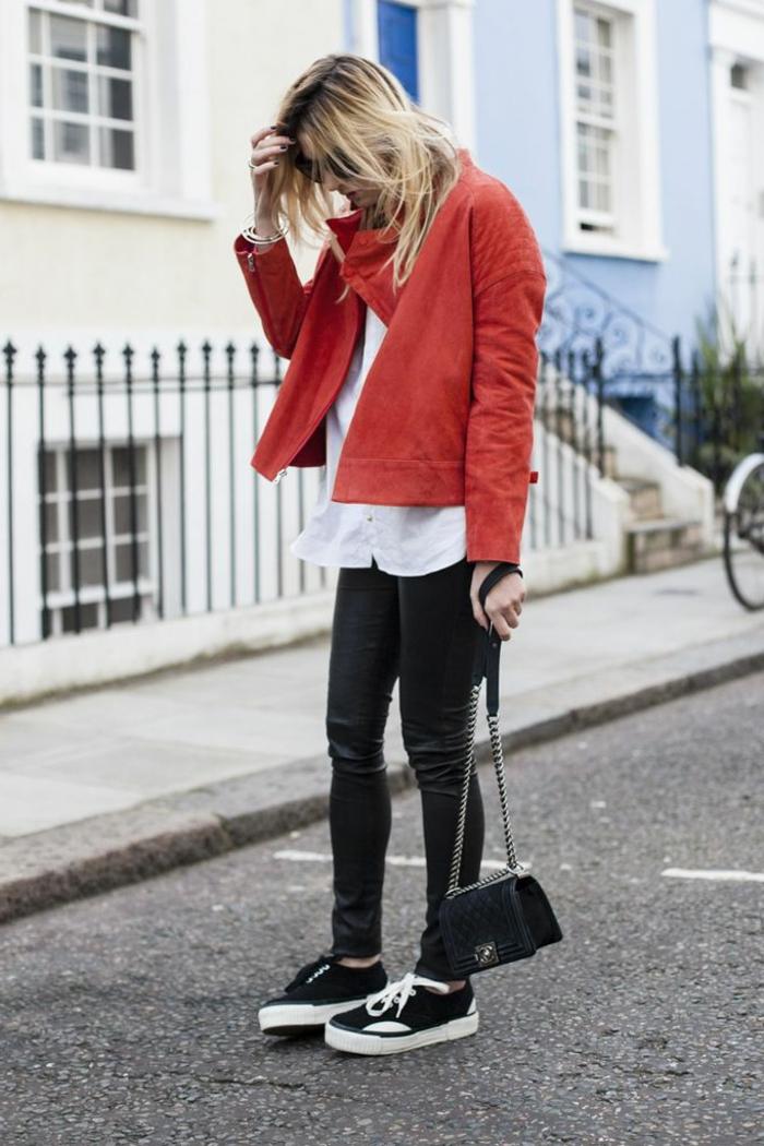 veste-en-daim-rouge-femme-blonde-lunettes-de-soleil-pantalon-noir-sac-noir-bandoulière