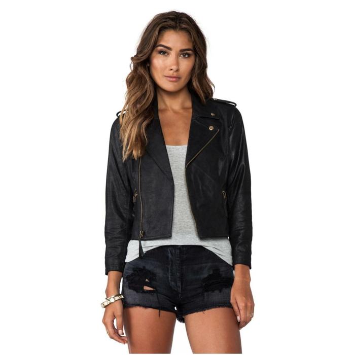 veste-femme-noir-pantalon-court-noir-top-gris-cheveux-longs-blonde-brunette