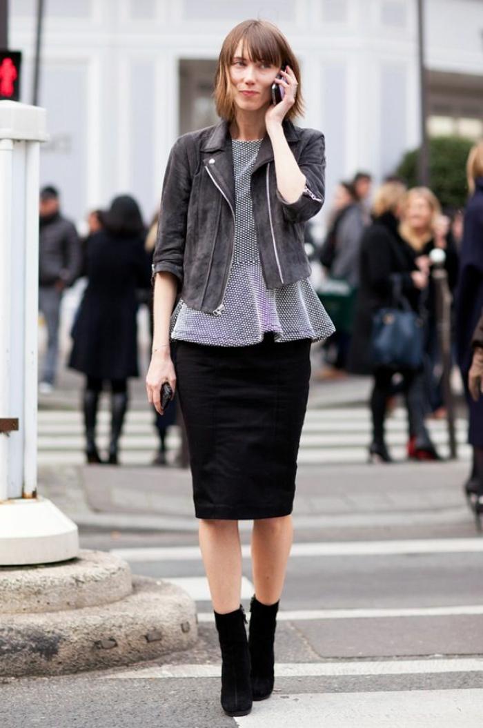 veste-gris-en-daim-jupe-noire-mi-longue-noire-femme-cheveux-courts-brunes