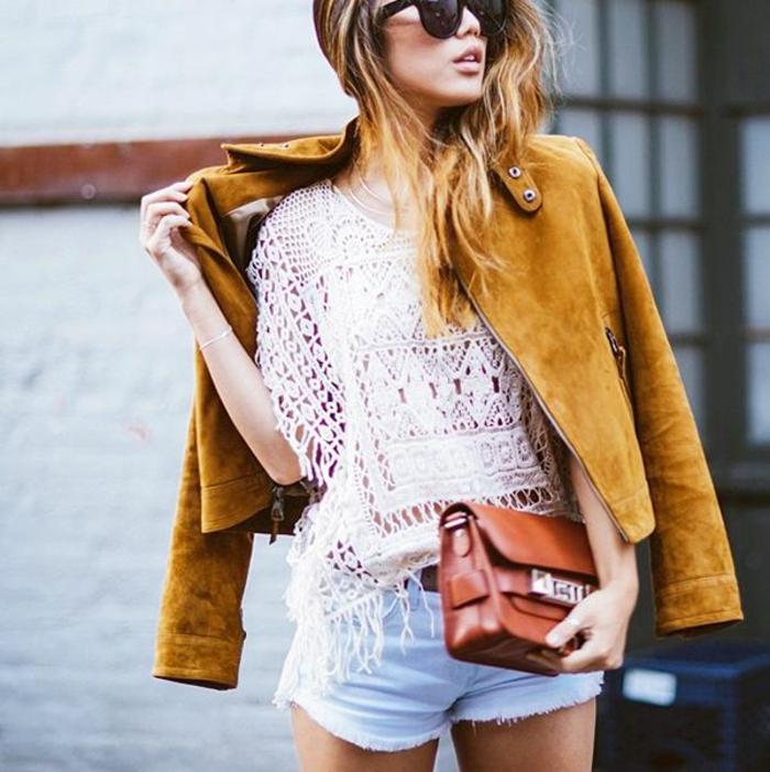 veste-jaune-veste-courte-femme-blonde-pantalon-court-en-denim-sac-a-main-marron