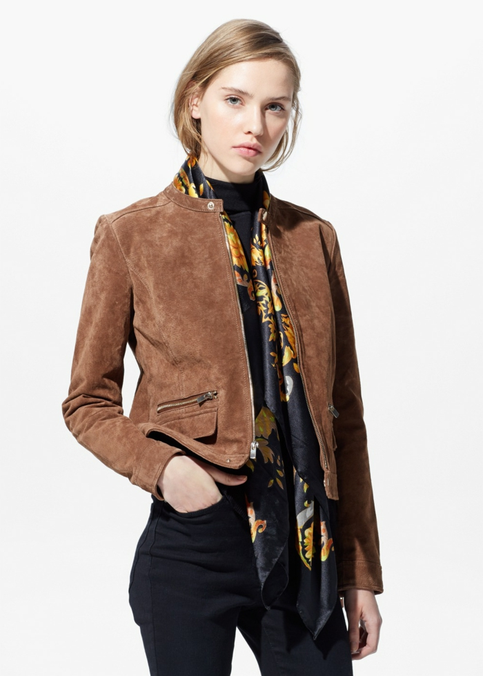 veste-marron-fille-blonde-pantalon-noir-veste-brune-femme-aux-yeaux-bleus