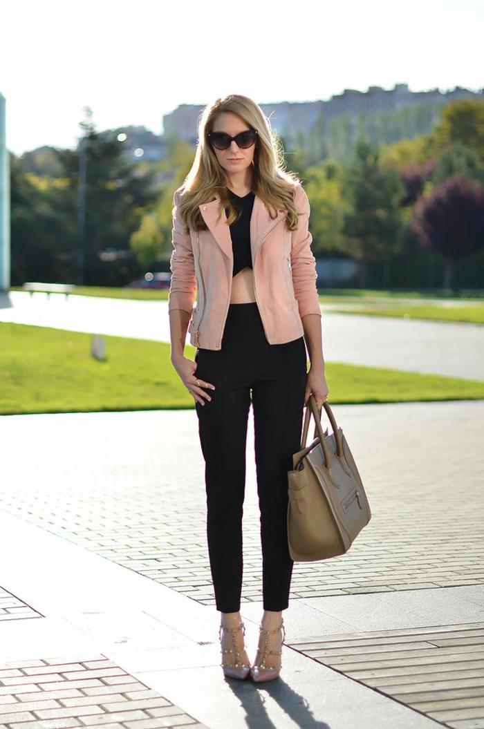 veste-rose-veste-femme-rose-veste-courte-femme-en-daim-pantalon-noir-longue-sac-a-main