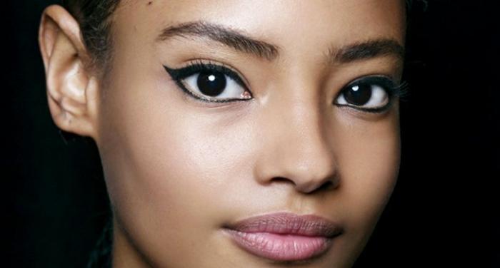 yeux-liner-large-levre-rose-maquillage-naturalistique