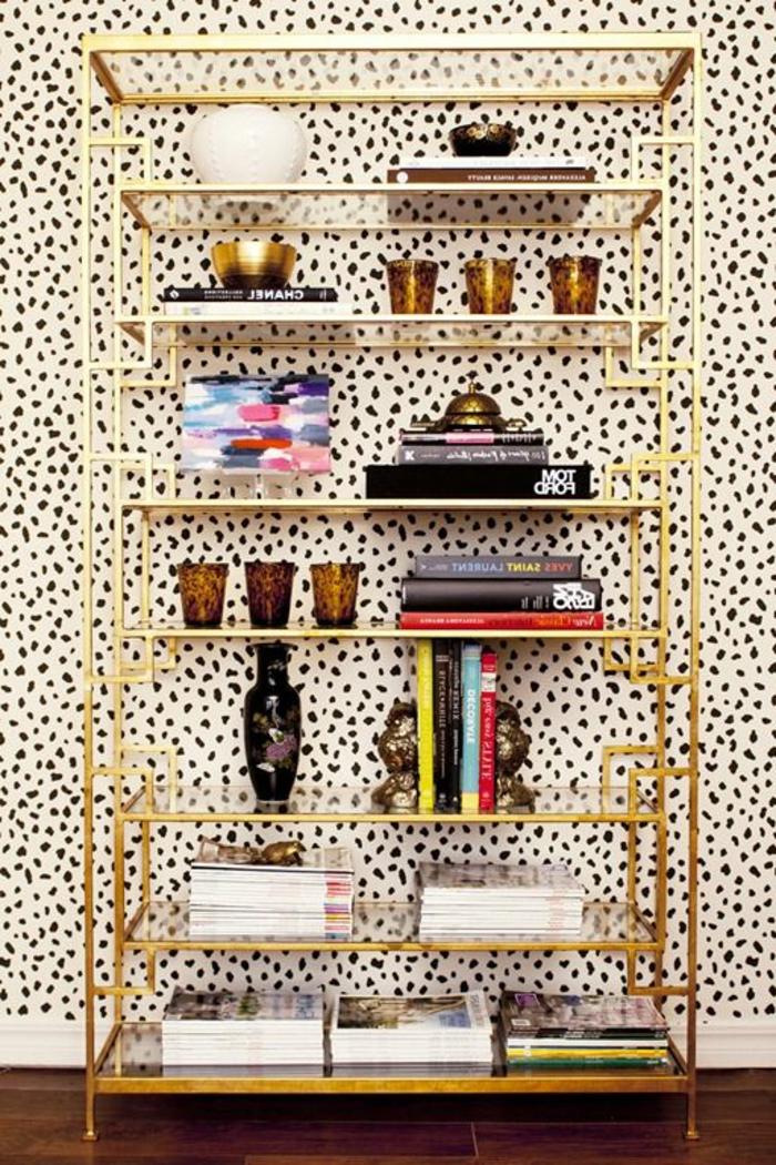 étagères-métalliques-étagère-couleur-d'or-et-papier-peint-print-animal