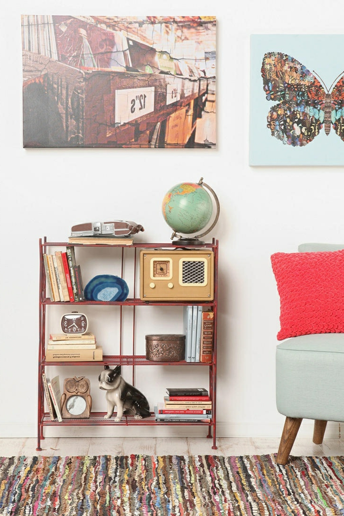 étagères-métalliques-étagère-métallique-rouge-et-fauteil-vintage