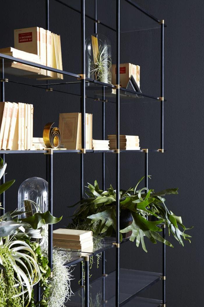 étagères-métalliques-arrangement-sur-une-étagère-métallique