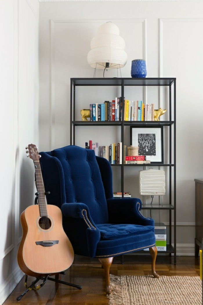 étagères-métalliques-petite-étagère-autoportante-et-fauteuil-baroque