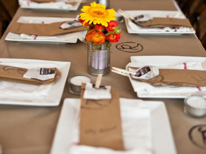 0-nappe-papier-beige-fleurs-sur-la-table-avec-fleurs-set-de-table-avec-fleurs